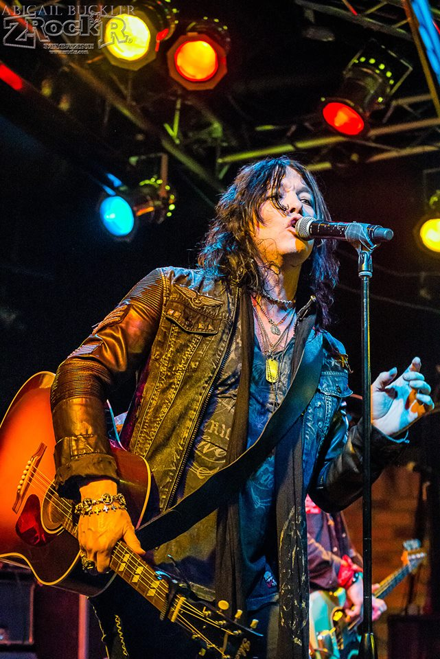 Tom Keifer of Cinderella performing on the Vamp'd stage!